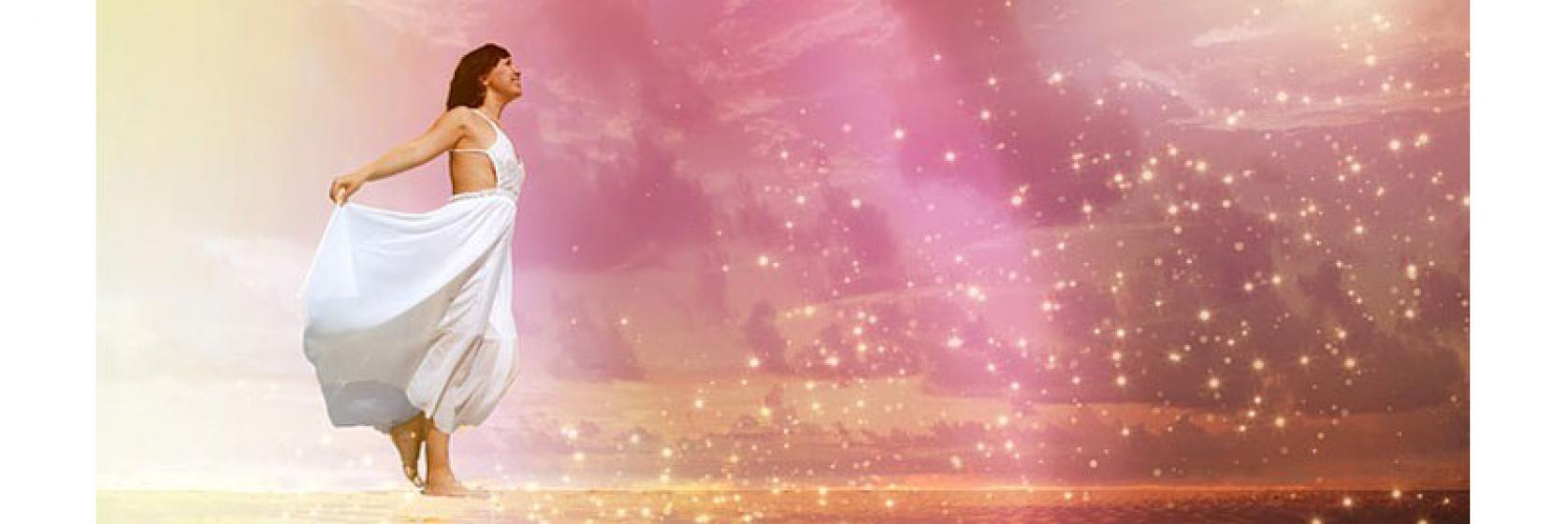 Una mujer mirando a las estrellas