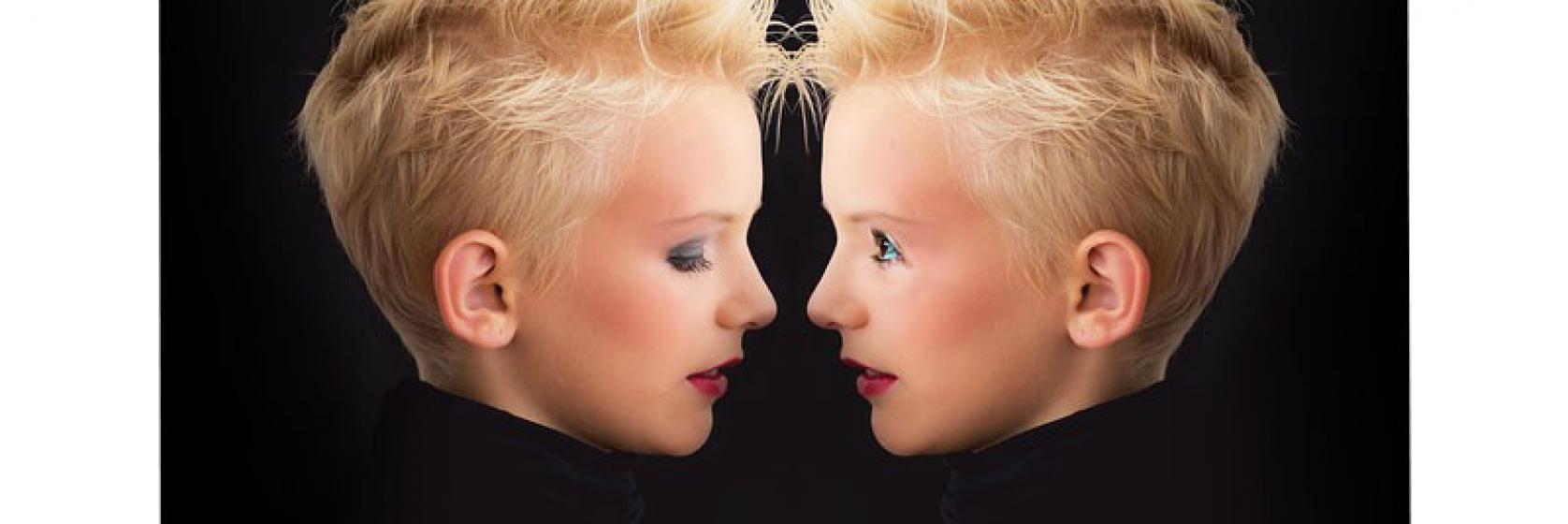 Una mujer cara a cara con ella misma